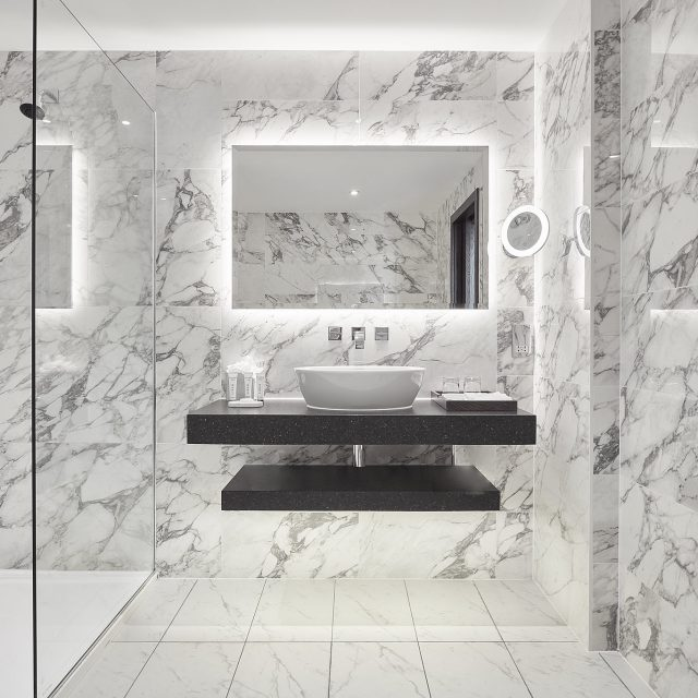hotel bathroom en suite